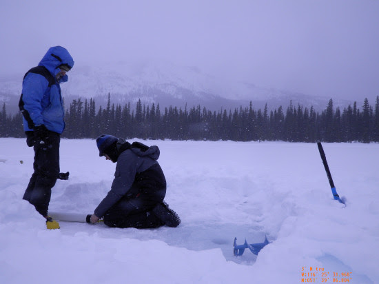Mikkel W. Pedersen y un compañero preparando la extracción de muestras de los sedimentos del lago / Mikkel Winther Pedersen