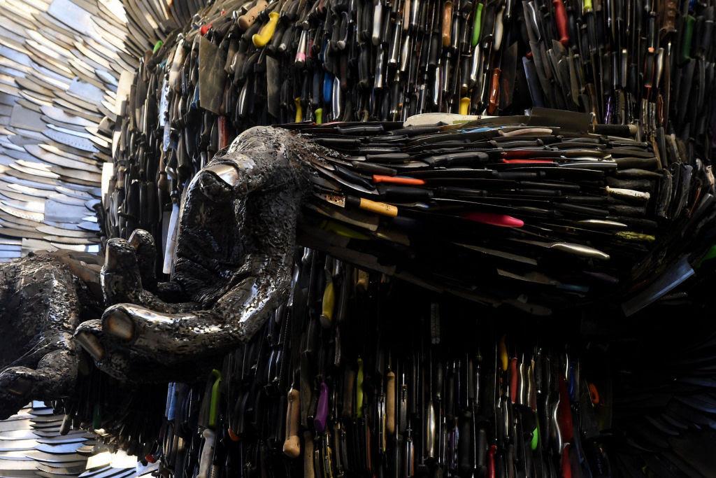 Anjo das Facas - uma escultura feita de 100.000 facas confiscadas pela polícia 10