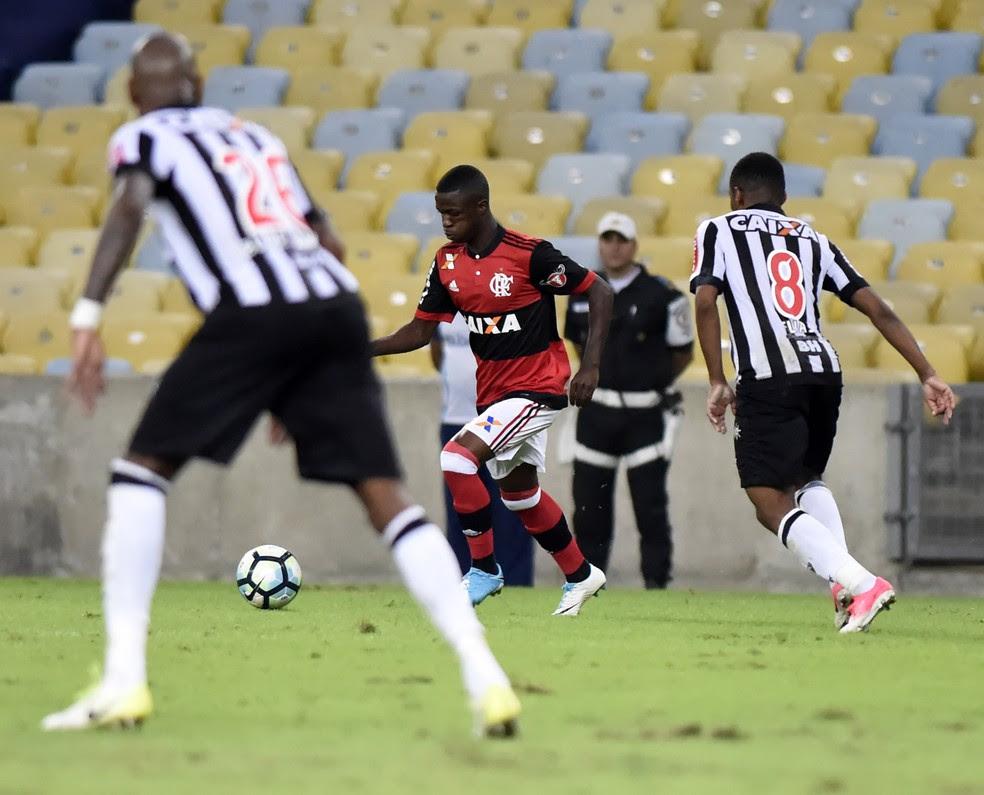 Vinicius Junior em jogada com Elias no empate no Maracanã (Foto: André Durão)