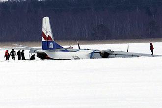 Equipes retiram avião de carga Antonov 26 que fez pouso não  programado em lago congelado perto de Tallinn, na Estônia