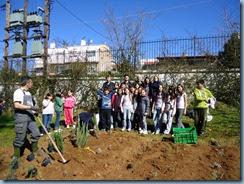Αναμνηστική φωτογραφία των δασκάλων της Δ' και Ε΄ τάξης με τον κ. Τιτόπουλο, τους μαθητές και τις μαθήτριές μας και τη Διευθύντρια του Δημοτικού κ. Αλεξάνδρα Λαπουρίδου.