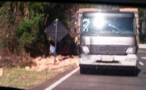 Nova Laranjeiras - Motorista perde o controle da direção na BR-277 e parte carga de tijolos acaba caindo