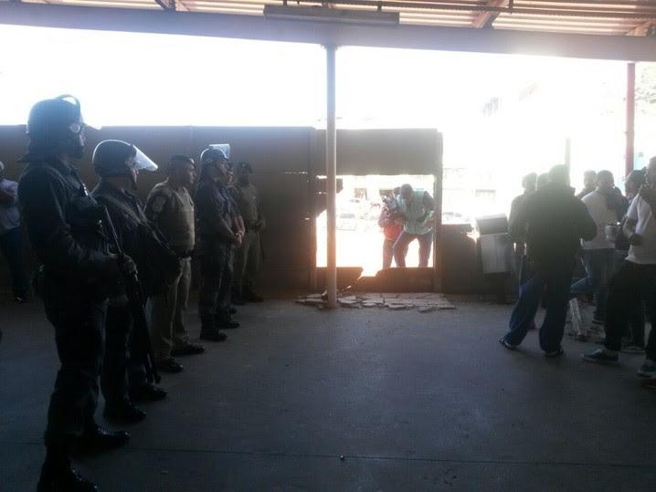 Policiais na estação Francisco Morato