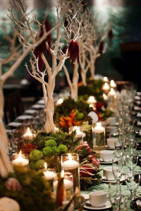 bezaubernde Hochzeit tablescape mit Moos, Blüten und weißen Bäume für einen einzigartigen look