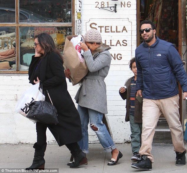 Negócio da família: Tina Knowles, Solange filha com seu filho Daniel J. Smith Julez visto deixando loja vintage 'Stella Dallas' em Nova York hoje