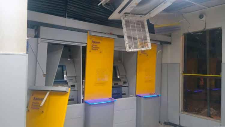 Assaltantes usaram explosivos para destruir os caixas eletrônicos - Foto: Reprodução | Jaguarari Online