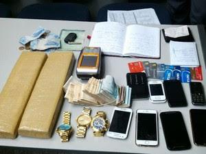 Polícia prende cinco suspeitos com maconha e R$ 15 mil em Atibaia, SP (Foto: Divulgação/Polícia Militar)