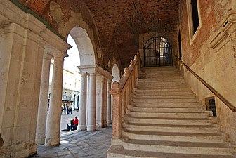 La imagen tiene un atributo ALT vacío; su nombre de archivo es 4-escalera336px-Basilica_Palladiana_1.jpg