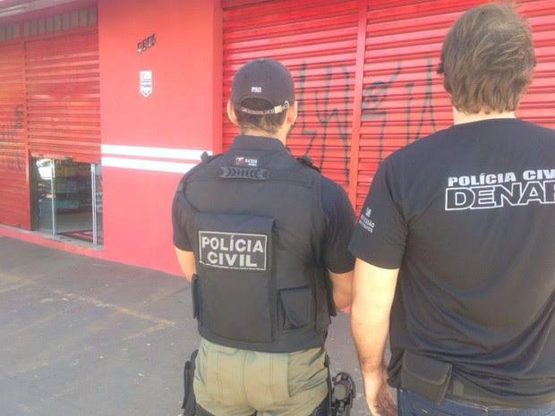 Policiais em frente à farmácia de suspeito Campo Grande, MS (Foto: Jeferson Ageitos/ TV Morena)