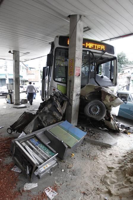 O ônibus ainda no posto de gasolina da Clarimundo de Melo