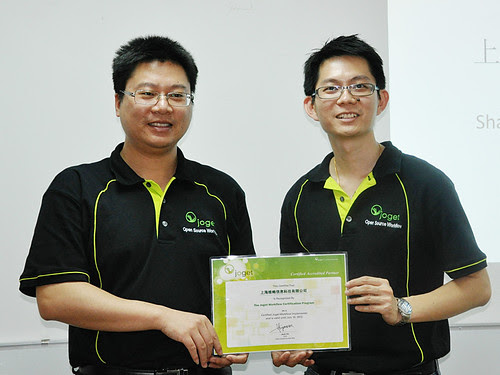 Sean (left) receiving certificate of Accredited Partner on behalf of Shanghai Valuprosys Technology