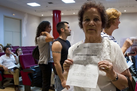 Candelaria Gil muestra el certificado de defunción de su bebé. | J. Yáñez