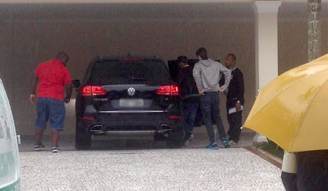 Neymar deixa sua casa no Guarujá em direção a Granja Comary (Foto: Bruno Giufrida)