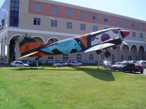 O DC-3 pintado pelo artista plástico Romero Brito, no pátio da AESO, em Olinda, Pernambuco.