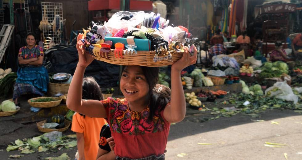 Una niña trabaja en el mercado La Terminal de Ciudad de Guatemala.
