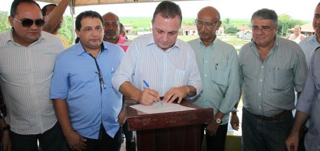 Secretário Luis Fernando assinando ordem de serviço