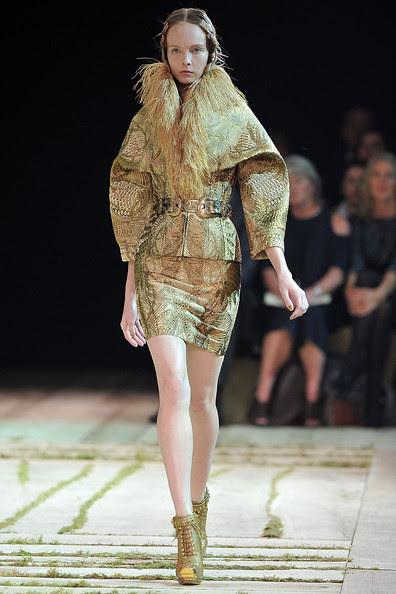 Alexander+McQueen+Runway+Paris+Fashion+Week+9R2x8Nd1Hl7l