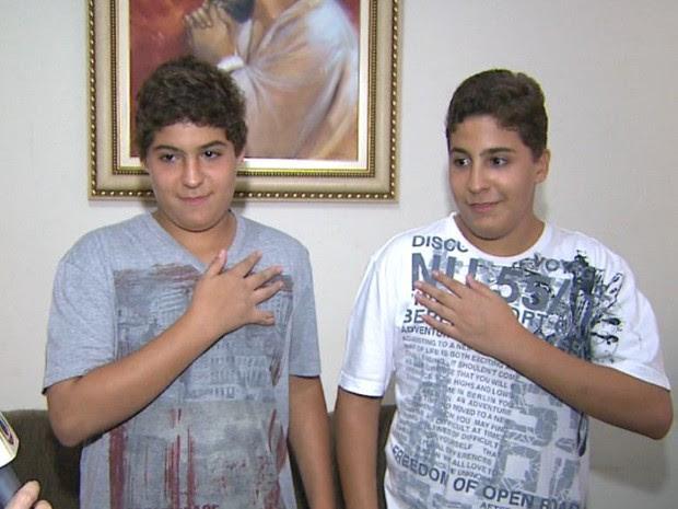 Os gêmeos Matheus e Guilherme Guimarães mostram o lado do coração (Foto: Valdinei Malaguti / EPTV)