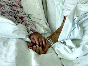 Foto tirada 10 minutos antes da morte de Italvino mostra o casal de mãos dadas no hospital (Foto: Rafael Max/Arquivo Pessoal)