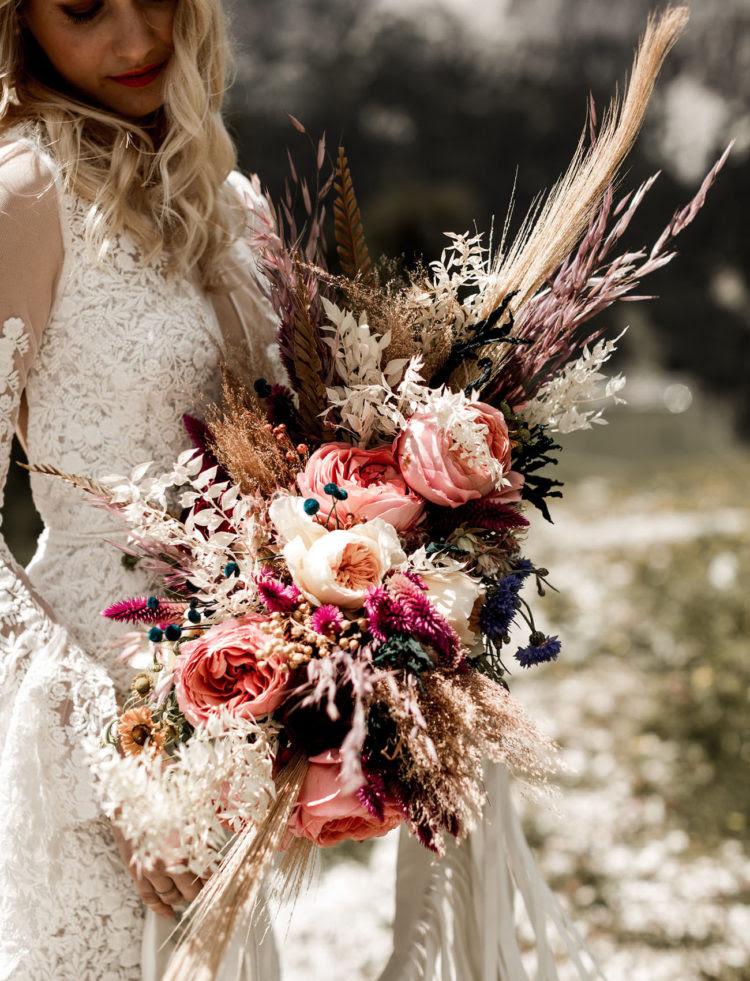 Der hochzeitsstrauß war üppig und strukturellen, mit Weizen, rosa Blüten und Kräutern