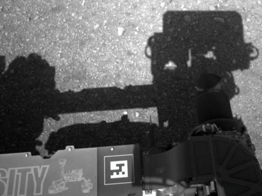 """Résultat de recherche d'images pour """"L'ombre portée du rover sur le sol Martien"""""""