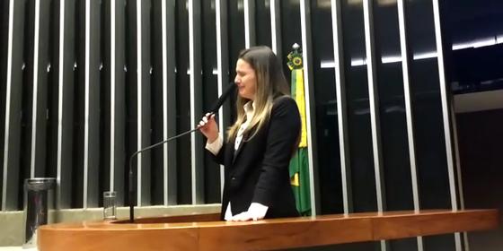 Clarissa Garotinho (PR-RJ) chora ao subir na tribuna da Câmara dos Deputados (Foto: Reprodução)