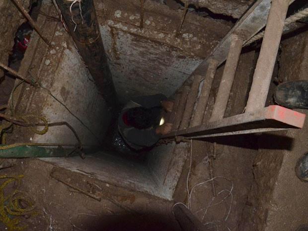 O túnel tem 10 metros de profundidade e cerca de 30 metros de comprimento em direção à fronteira (Foto: Stringer/Reuters)
