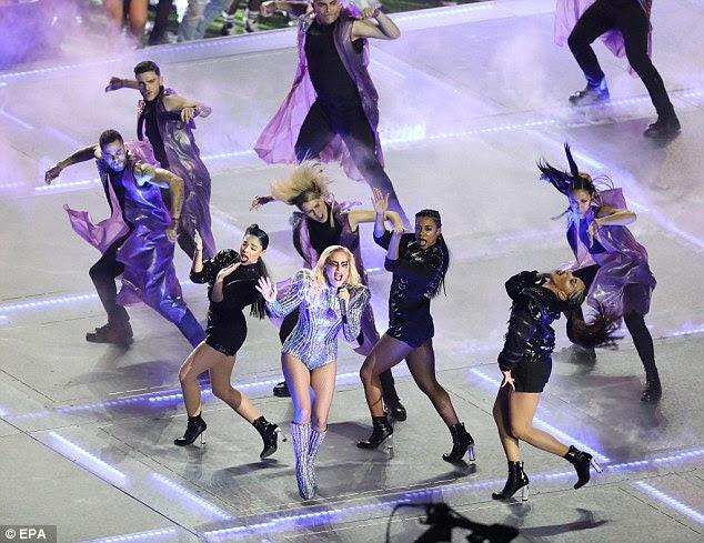 Ela puxou-lo: O cantor loira parecia fabuloso enquanto cantava uma coleção de seus maiores sucessos, incluindo Bad Romance, Poker Face, Born This Way, Telephone, Just Dance e milhão de razões