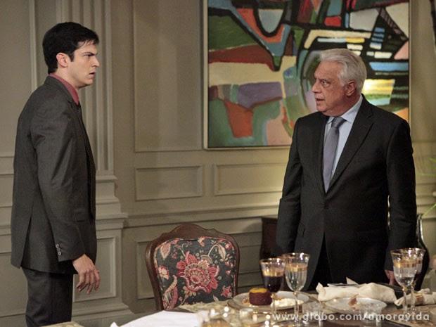 Félix fica atordoado com reação de César (Foto: Amor à Vida/ TV Globo)