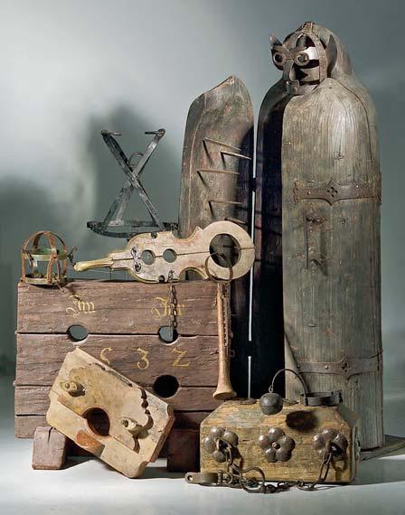 Fichier:Diverse torture instruments.jpg