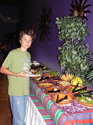 Paul qui se sert au buffet du Sisal.jpg