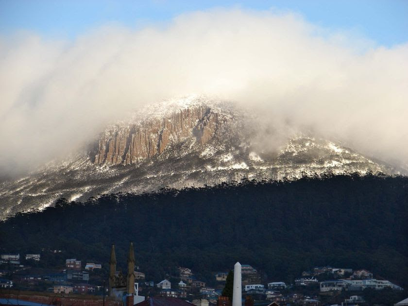A snow covered Mt Wellington, sitting high above Hobart. (ABC News: Stephen Jay)