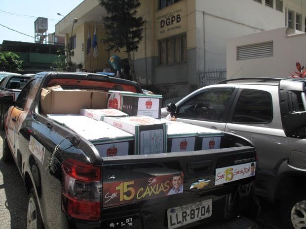 Carro com caixas de maçãs apreendidas no comitê do candidato Washington Reis.  (Foto: Janaína Carvalho / G1)