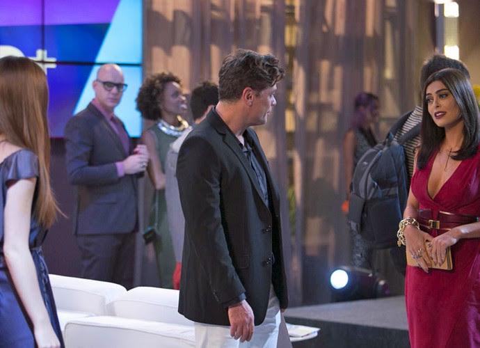 Melissa fica chocada com o que ouve (Foto: TV Globo)