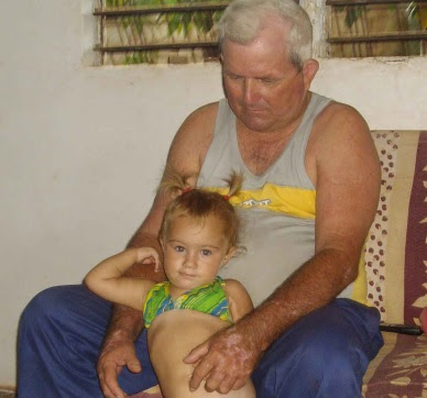 Orestes con su nieta (foto del autor)