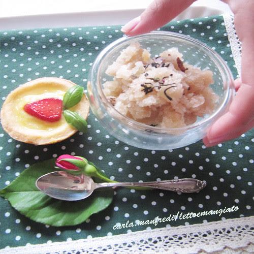 Crostatina, fragola e basilico e granita di tè
