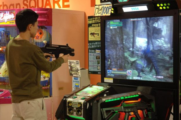 Joven juega videojuegos en Japón.