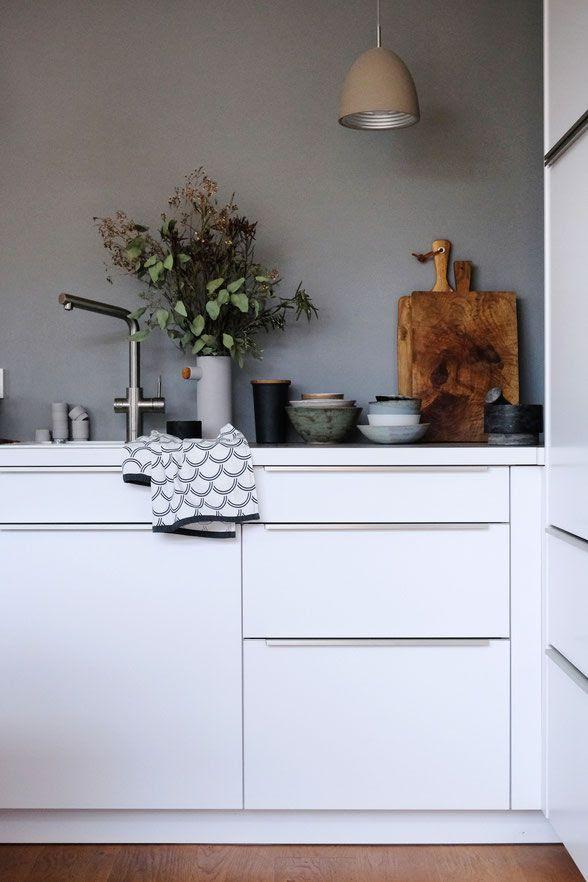 Kuche Weiss Graue Wand Graue Fliesen Fur Wand Und Boden 55 Moderne Wohnideen