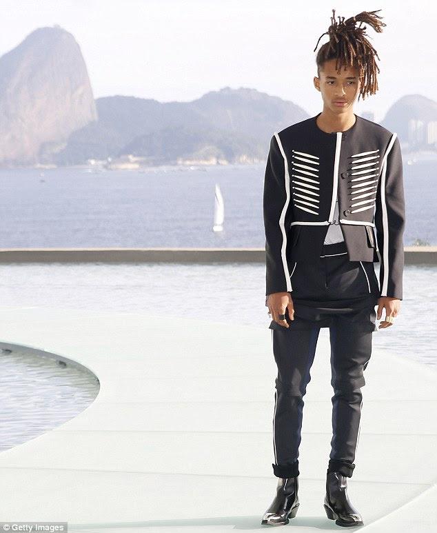 Moda para a frente: Jaden Smith manteve-o simples com uma jaqueta estruturada preto e branco com calças escuras hued