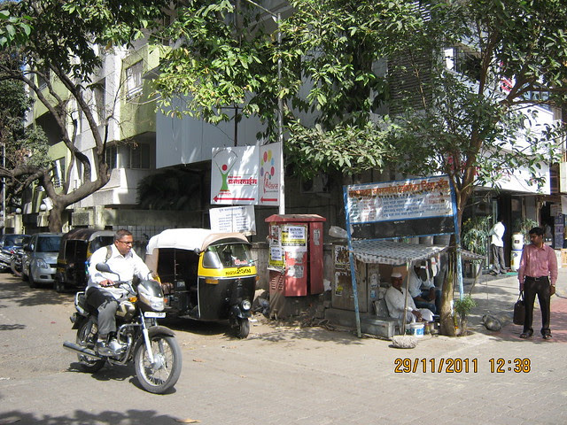 Vastushodh Projects office is on the first floor of Shriniketan in this lane of Sheelavihar Colony - Notice the cobbler, Auto Rickshaw Stand & Shriniketan - 1st Building on your right!