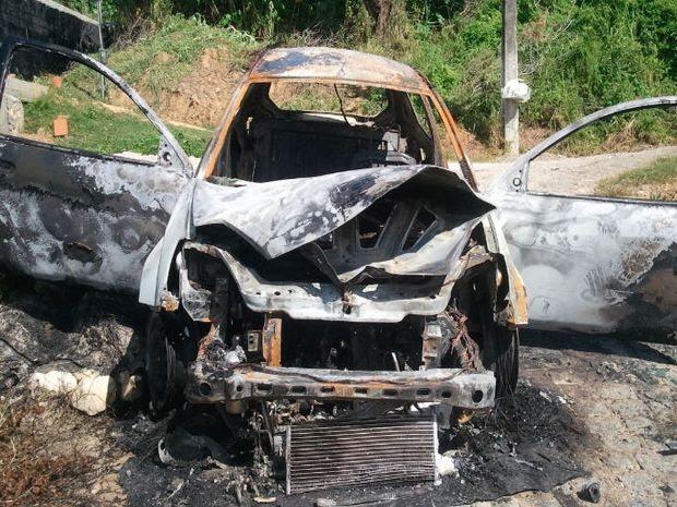 Suspeitos incendiaram o veículo usado no crime em uma travessa da Zona Norte de Aracaju (Foto: Marina Fontenele/G1)