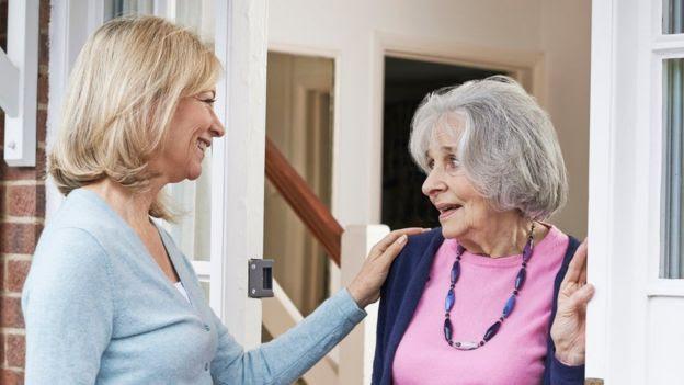 Una mujer con su anciana madre