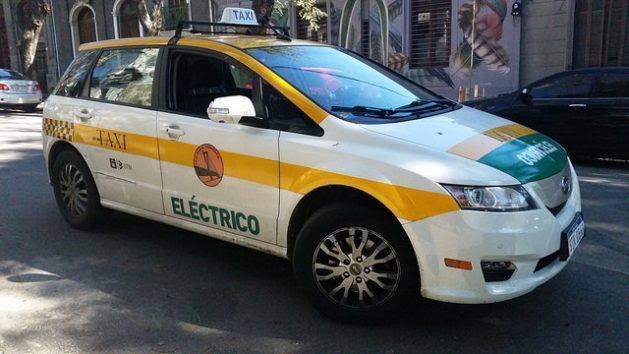 El taxi eléctrico de Alejandro Casas en una calle de Montevideo. El vehículo le costó 63.000 dólares, pero con un crédito a pagar en cinco años y el beneficio de la carga gratis, en una iniciativa apoyada por la empresa eléctrica estatal y la alcaldía de la capital uruguaya. Crédito: Verónica Firme/IPS
