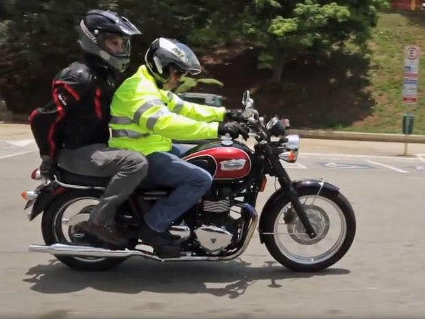 Guia Prático do G1 mostrou uso correto da garupa da motocicleta. Assembleia de SP aprova projeto de lei que proíbe garupa em motos (Foto: Reprodução/G1)