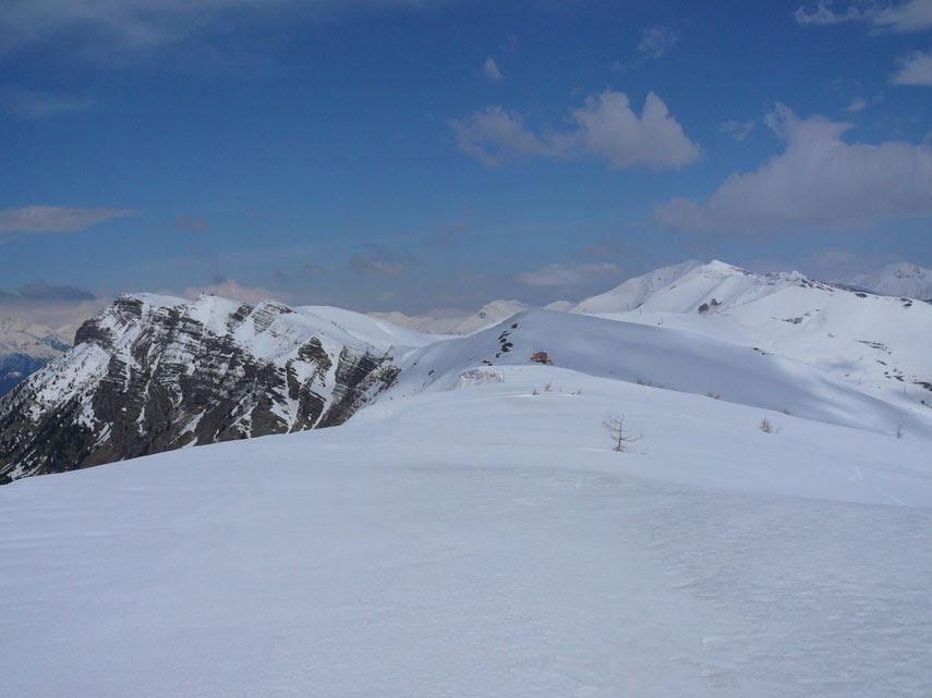 Panorami liguri tra il mare, a Sud, e i rilievi delle Alpi Marittime e dell'Appennino ligure, a Nord (terza parte).