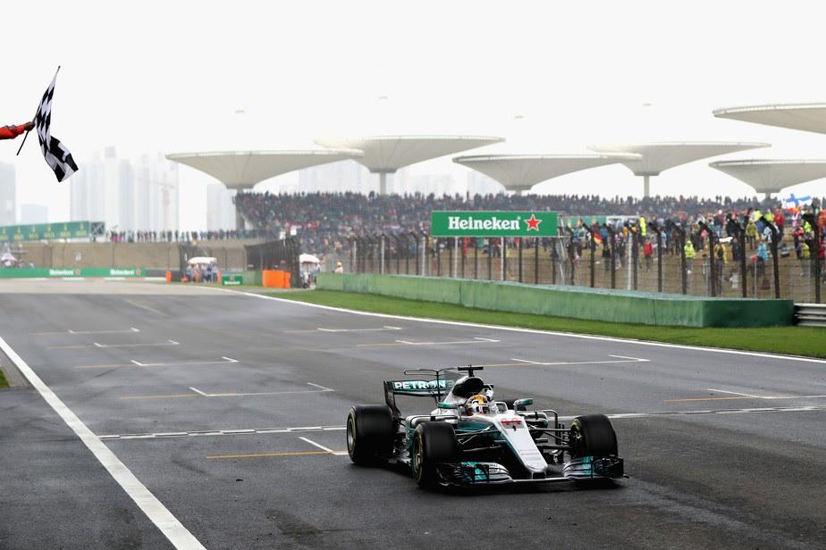 De ponta a ponta, Hamilton vence na China e lidera o campeonato ao lado de Vettel