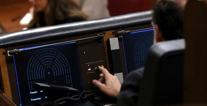 El presidente del Gobierno, Mariano Rajoy, durante la votación de las siete enmiendas a la totalidad del proyecto de Ley de Presupuestos Generales del Estado de 2017 en el pleno del Congreso. EFE/Sergio Barrenechea
