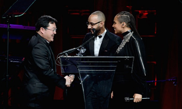 Pop stars Swizz Beatz and Alicia Keys are regular play pals of Jho Low - here they present him with an 'Angel Gabrielle Award' for his philanthropy (to champagne thirsty singers?)