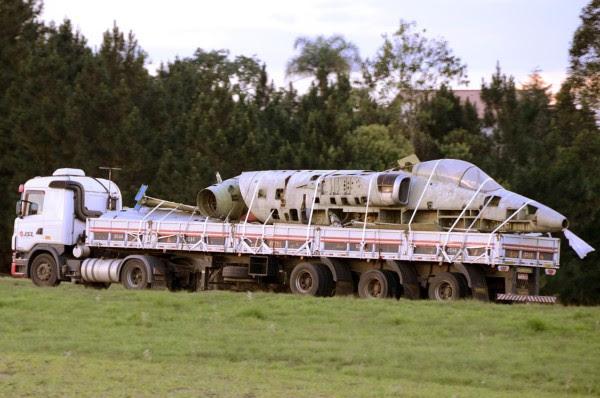 A-1 que soporte transportan en camión desde el Simoes, al aire libre, la autopista Dutra, en São Paulo, entrada camino de la Compañía en Hawk Peixoto (SP)