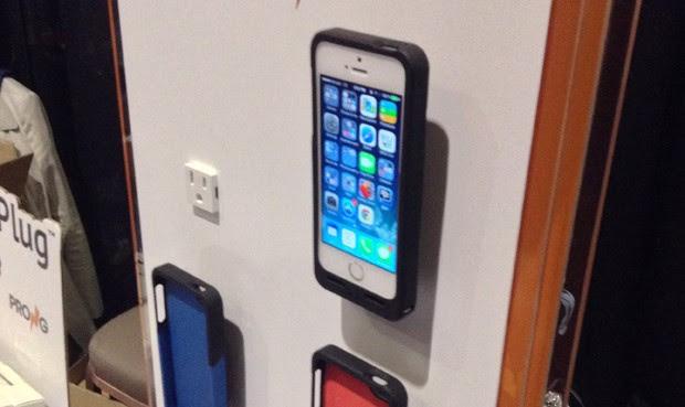 Uma capa para iPhone 5S, 5C e 5 permite carregar o aparelho diretamente na tomada, dispensando os cabos e permitindo o uso rápido em qualquer local. Chamada de PocketPlug, a capa está sendo apresentada na CES 2014 (Foto: Gustavo Petró/G1)